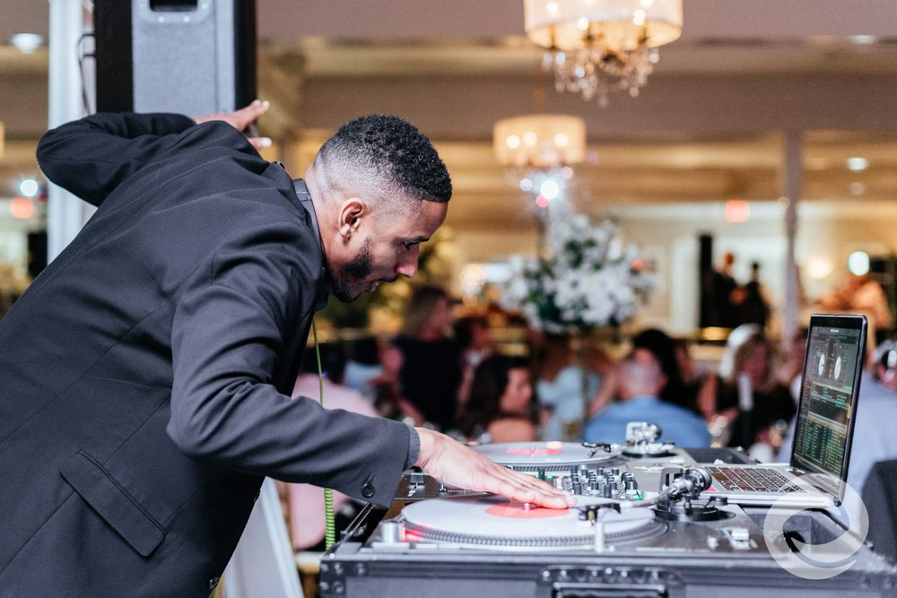 HOW TO CHOOSE THE BEST DJ FOR YOUR WEDDING DAY